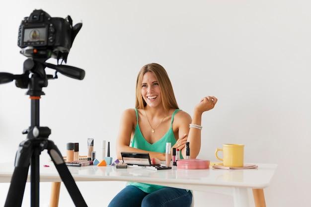 Женский блоггер, снимающий урок на дому Бесплатные Фотографии