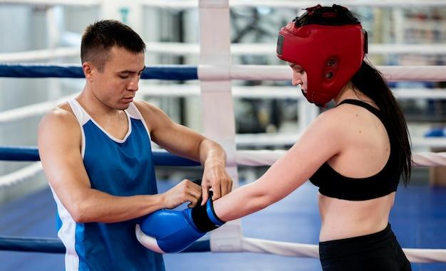 保護手袋を着用する女性のボクサー 無料写真