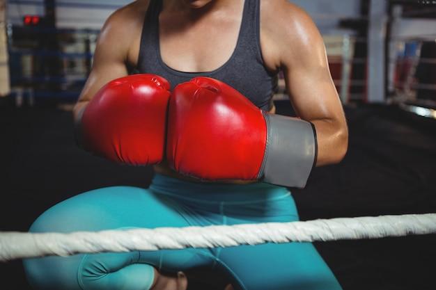 ボクシンググローブを持つ女性のボクサー 無料写真
