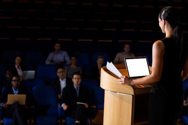 Женский руководитель бизнеса давая речь Бесплатные Фотографии