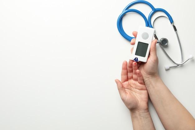 Женщина проверяет уровень сахара в крови Premium Фотографии