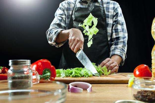 Женский шеф-повар нарезка свежих овощей Бесплатные Фотографии