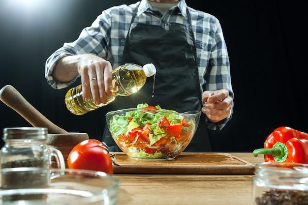 新鮮な野菜を切る女性シェフ 無料写真