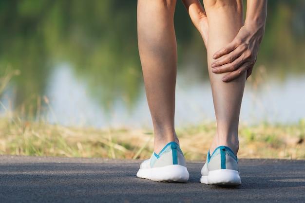 The female clings to a bad leg Premium Photo