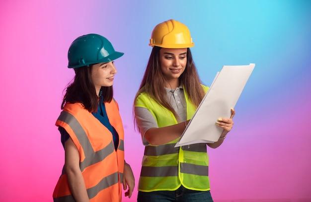 一緒に働いてプロジェクト計画について話し合う女性の建設エンジニア 無料写真