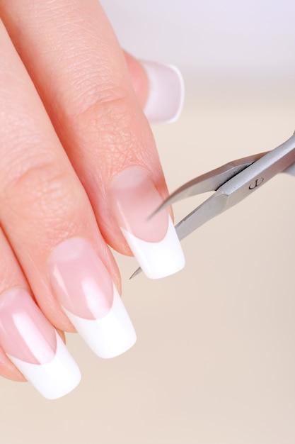 手に長い爪を切る女性 無料写真
