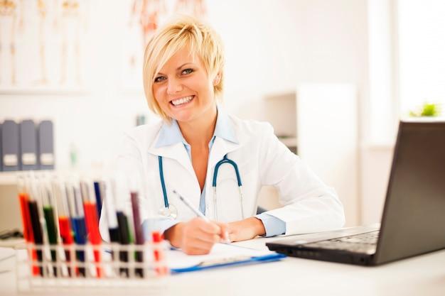 Женщина-врач усердно работает в своем офисе Бесплатные Фотографии