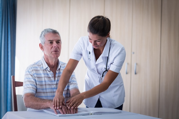 点字本を読んで患者を助ける女性医師 Premium写真
