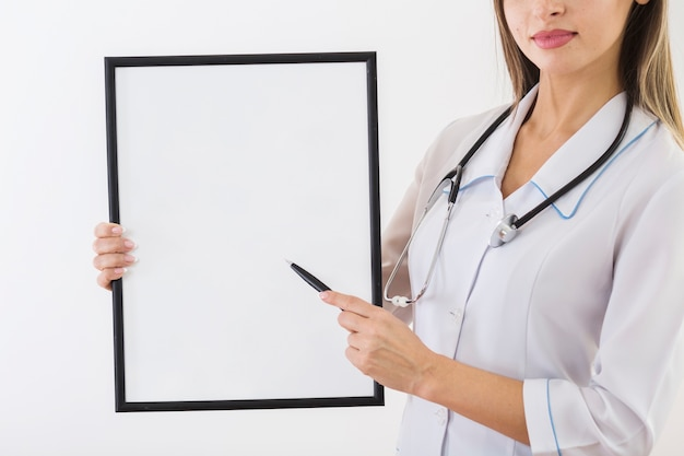 Female doctor holding a blank card Free Photo