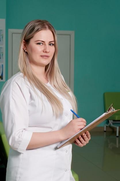 Женщина-врач, держащая буфер обмена с записями. медицинское обслуживание, страховка, рецепт, медицинская бумага Premium Фотографии
