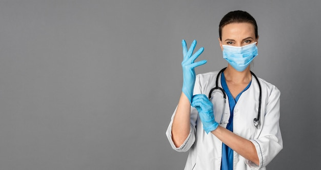 Medico donna in ospedale che indossa la maschera Foto Gratuite