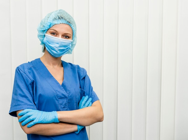 Dottoressa in ospedale con maschera Foto Gratuite