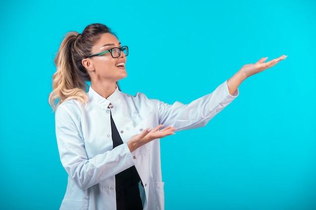Женщина-врач в белой форме и очках. Бесплатные Фотографии