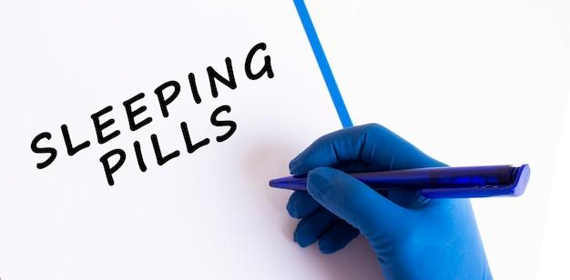 Рука женщины-врача в медицинской перчатке делает надпись в документе. медицинская концепция. Premium Фотографии