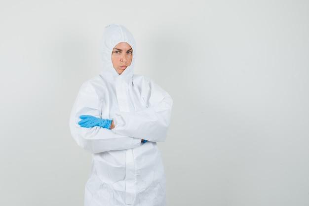 Medico donna in piedi con le braccia incrociate in tuta protettiva Foto Gratuite