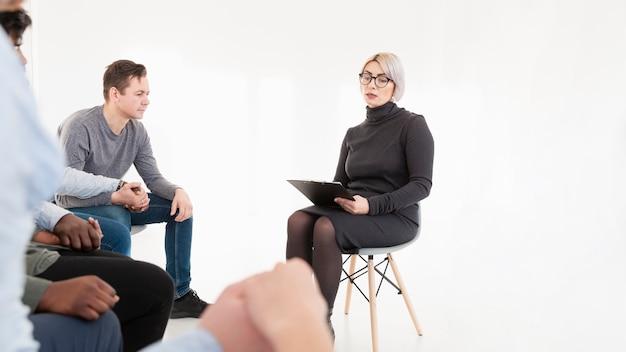 リハビリ患者と話している女性医師 無料写真