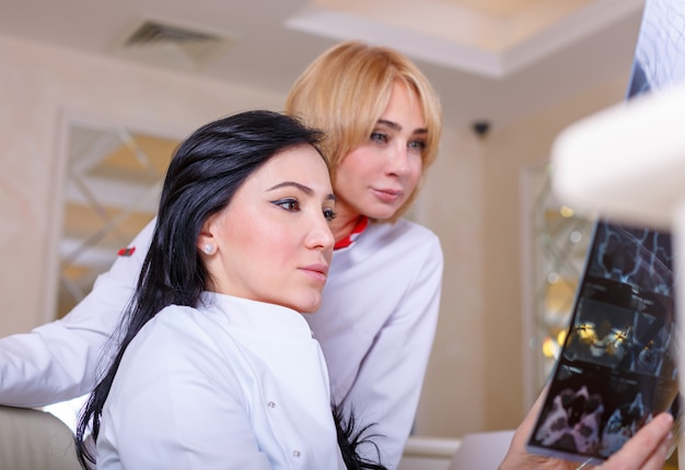 Female doctors looking at a tomography x-ray Premium Photo