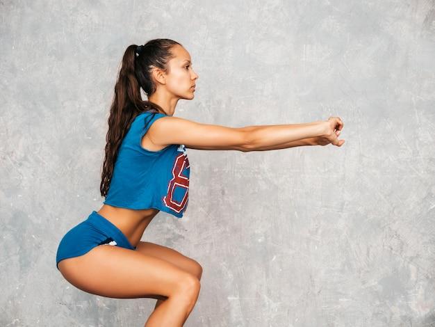 Female doing squats Free Photo