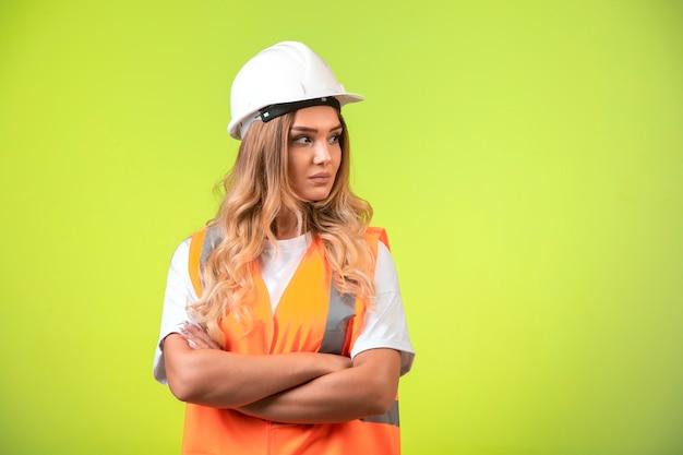 Ingegnere femminile responsabile in casco bianco e attrezzi. Foto Gratuite