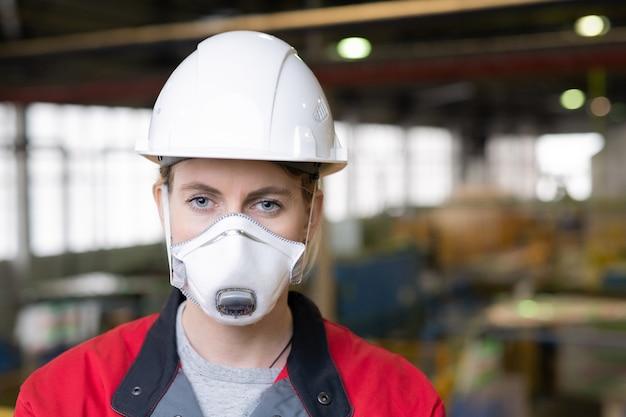보호 마스크에 여성 엔지니어 프리미엄 사진