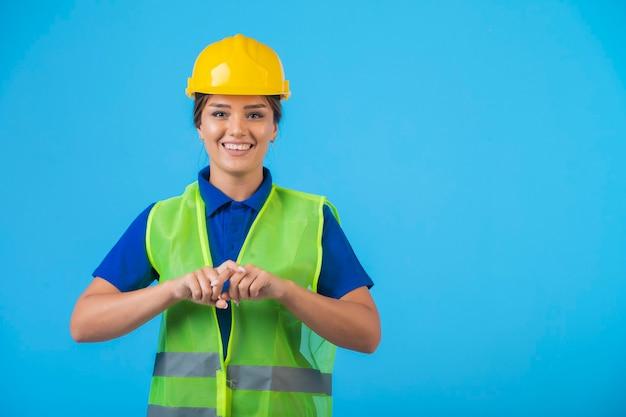 노란색 헬멧 및 기어 느낌 자신감 여성 엔지니어. 무료 사진