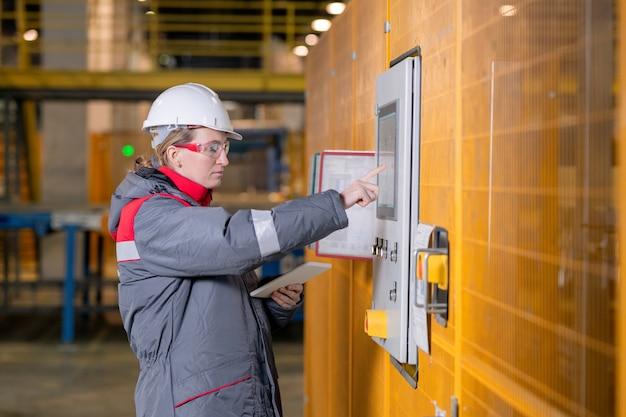 여성 엔지니어 설정 장비 프리미엄 사진
