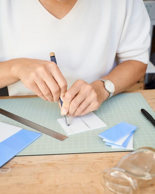 Женщина-предприниматель резка стекла в мастерской ремесленника Premium Фотографии