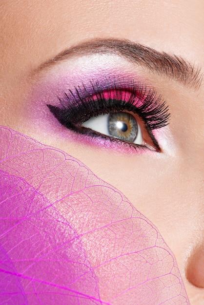 Occhio femminile con trucco rosa brillante moda bella Foto Gratuite