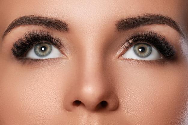 Женское лицо с красивыми бровями и искусственными ресницами Premium Фотографии