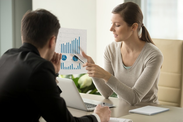 Female financial adviser explaining business plan Free Photo