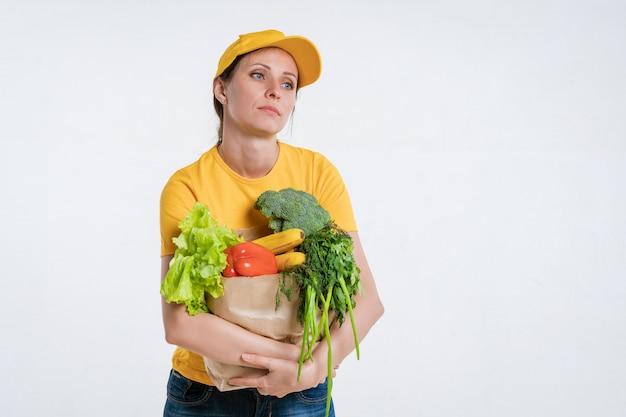 Operaio femminile di consegna del cibo con il pacchetto alimentare Foto Gratuite