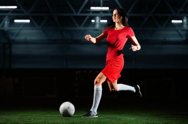 Женский футболист ногами мяч Бесплатные Фотографии