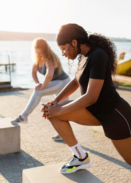 外で一緒に運動する女友達 無料写真