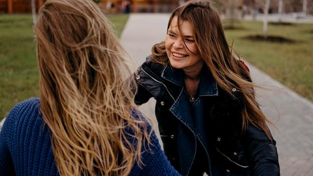 屋外で一緒に楽しんでいる女性の友人 無料写真