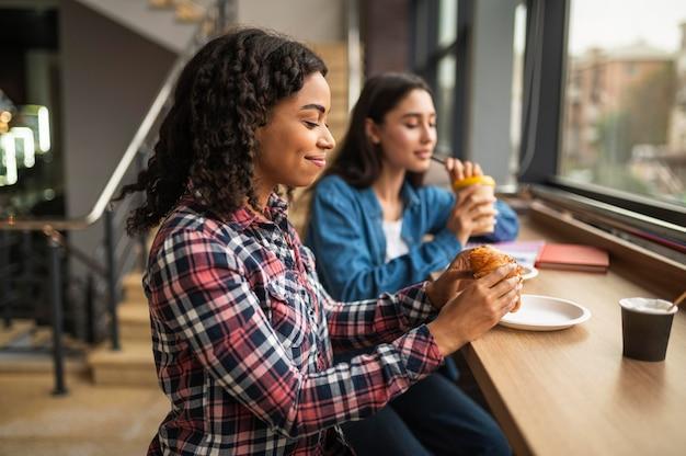 Подруги вместе обедают Бесплатные Фотографии