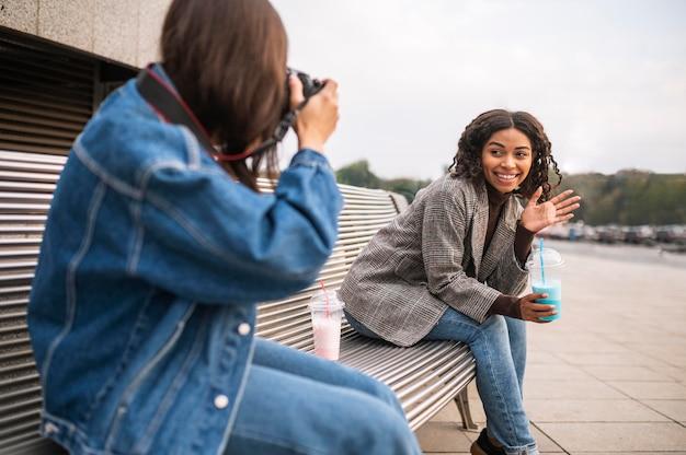 Подруги на открытом воздухе вместе с камерой Бесплатные Фотографии