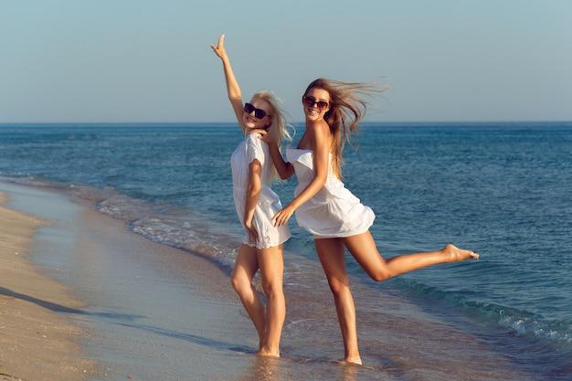 Female friends on vacation Premium Photo
