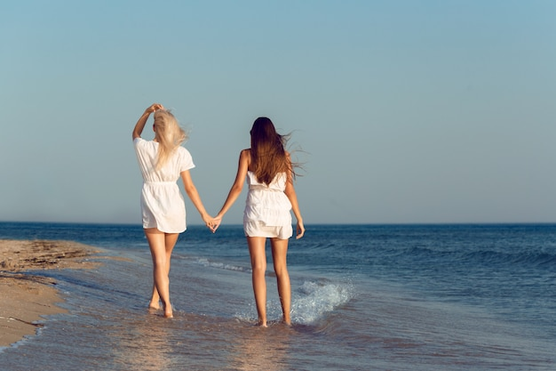Female friends on vacation Premium Photo