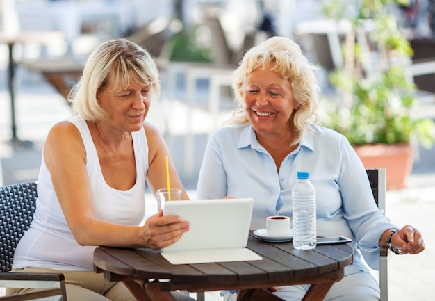 Two old women watching something on the tablet | Photo: Freepik