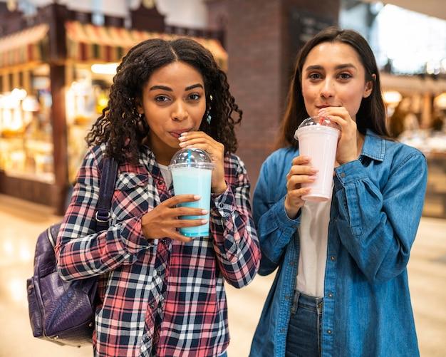 Подружки вместе с молочными коктейлями Бесплатные Фотографии