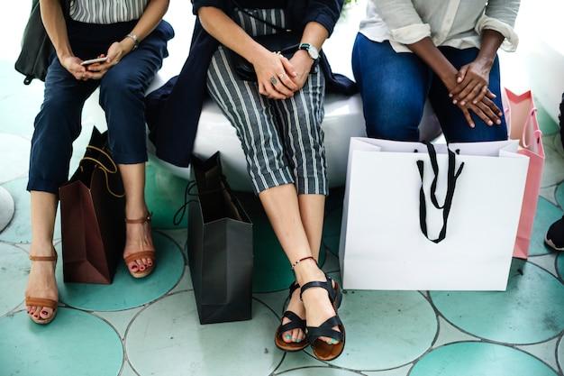 買い物袋を持つ女性の友達 無料写真