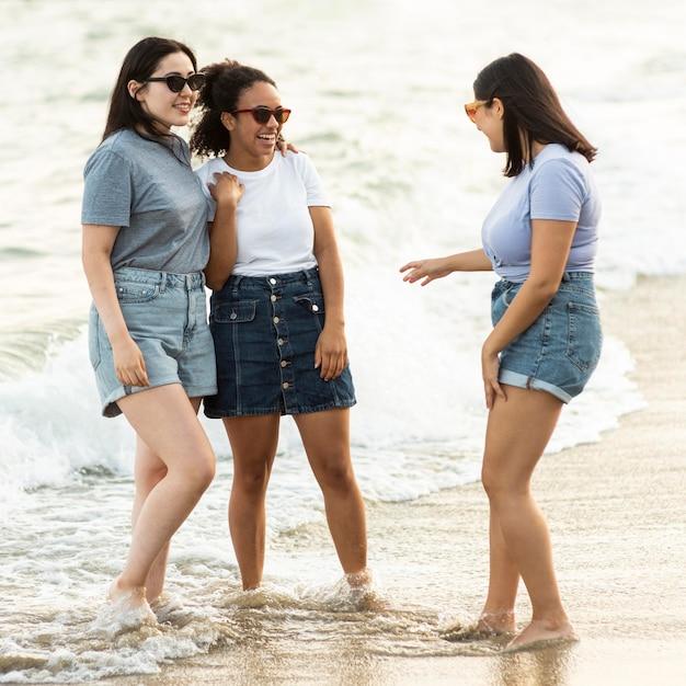 Подруги с очками вместе на пляже Бесплатные Фотографии