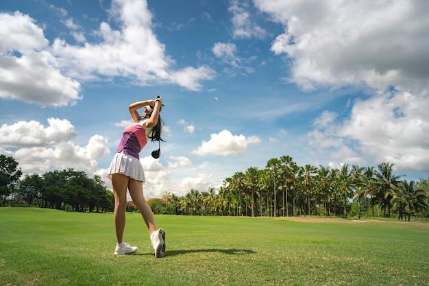 프로 골프 코스에서 골프 여성 골프 선수 프리미엄 사진