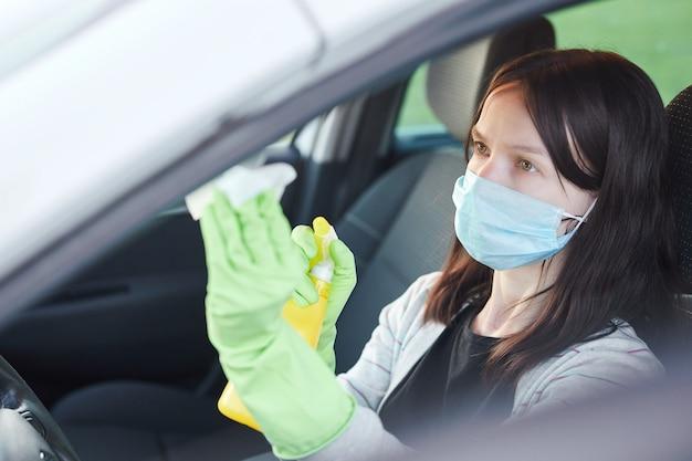 Женское дезинфицирующее средство для рук и антисептические салфетки для дезинфекции автомобиля. чистота и здоровье во время вируса короны, covid-19. Premium Фотографии