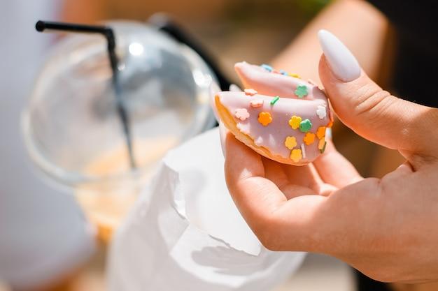 여성 손 클로즈업 야외에서 쿠키를 들고입니다. 프리미엄 사진