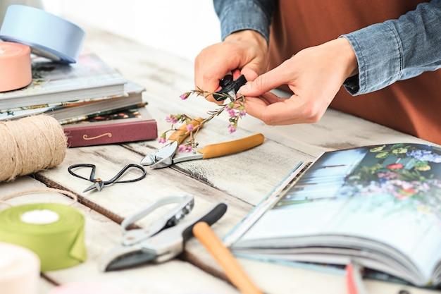 Женские руки делают букет из разных цветов Бесплатные Фотографии
