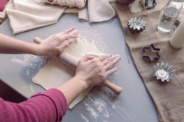 Женские руки раскатать тесто Premium Фотографии