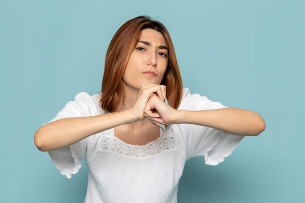 Женщина в белом платье позирует с агрессивным выражением лица Бесплатные Фотографии