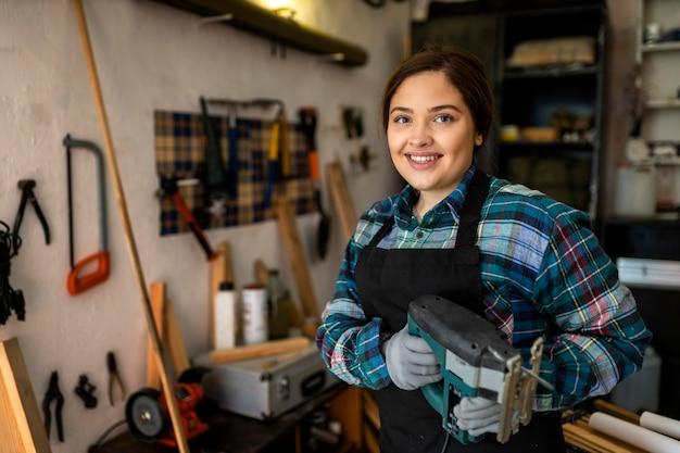 워크샵에서 일하는 여성 무료 사진
