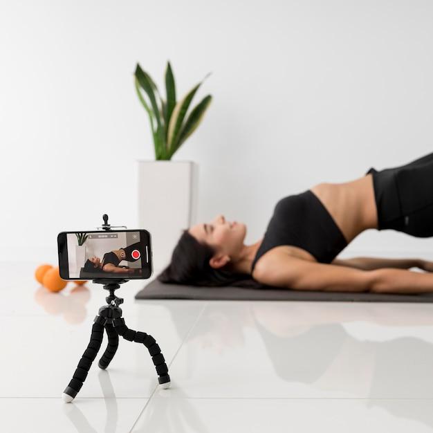 自宅で運動している女性のインフルエンサー 無料写真